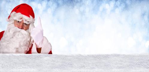 Nikolaus droht mit dem Finger vor blauem, winterlichem Hintergrund