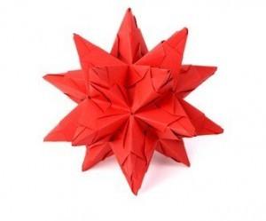 Die 30 einzelnen Module zusammenstecken, fertig ist der Bascetta Stern! Mit Heißklebepistole ein Band oder Faden befestigen und an beiliebiger Stelle dekorieren.