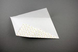 Das Blatt drehen und die anderen beiden Außenkanten ebenfalls zur Mittelinie falten.
